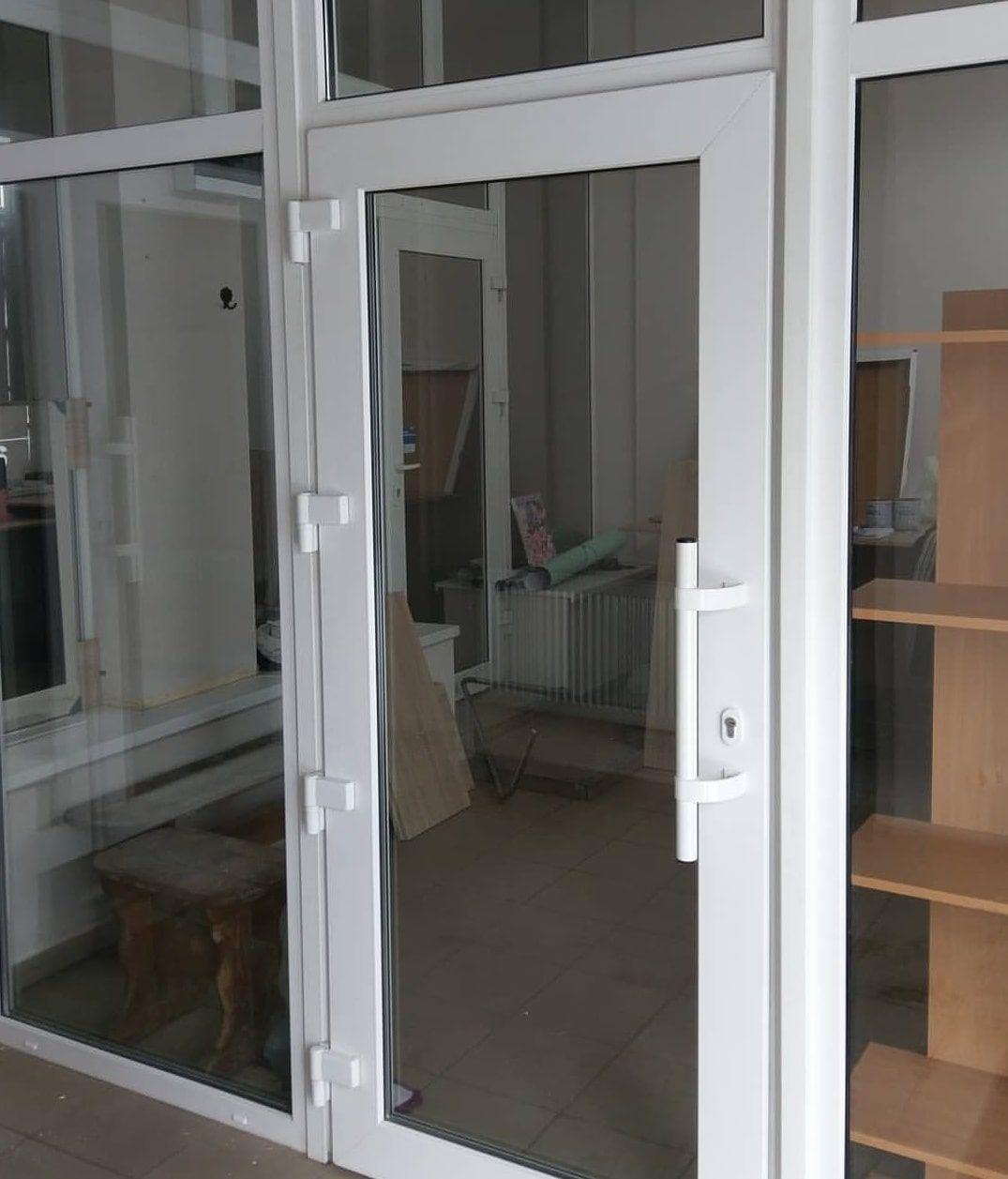 Установка пластиковых дверей Рехау в Химках