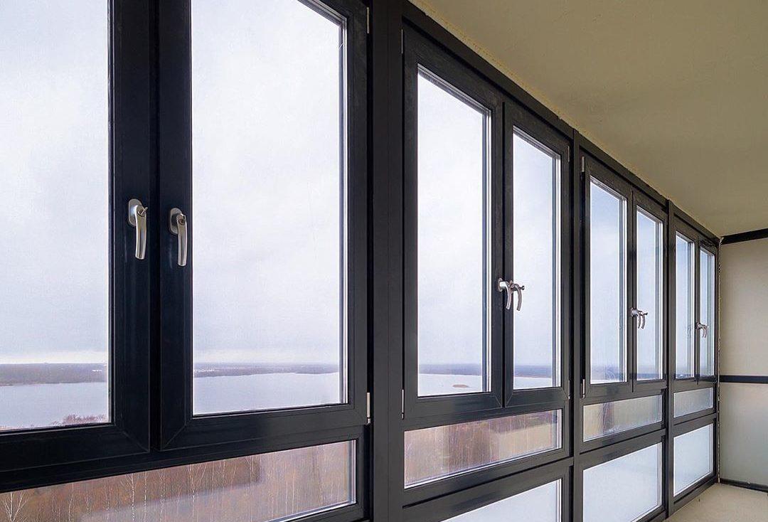 Остекление лоджий окнами Rehau