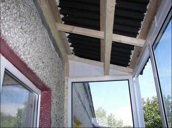 Деревянный каркас крыши на балкон