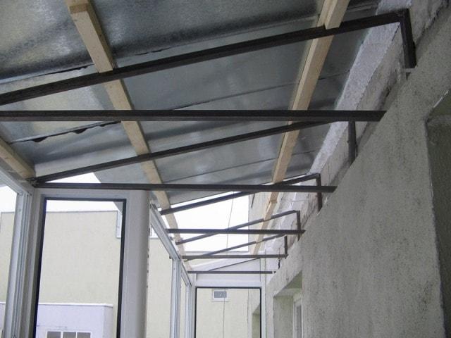 Металлический каркас крыши на балкон