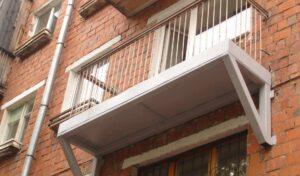 Балкон с опорами